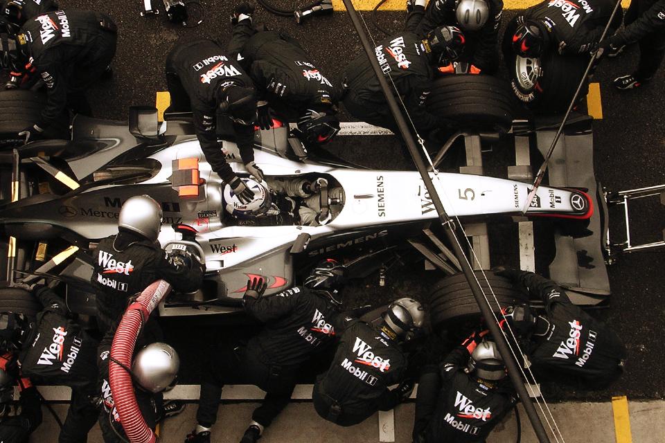 Mécaniciens changeant les pneus d'une Formule 1 avec rapidité et précision
