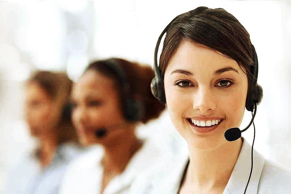 Conseillère téléphonique d'une société de services souriante