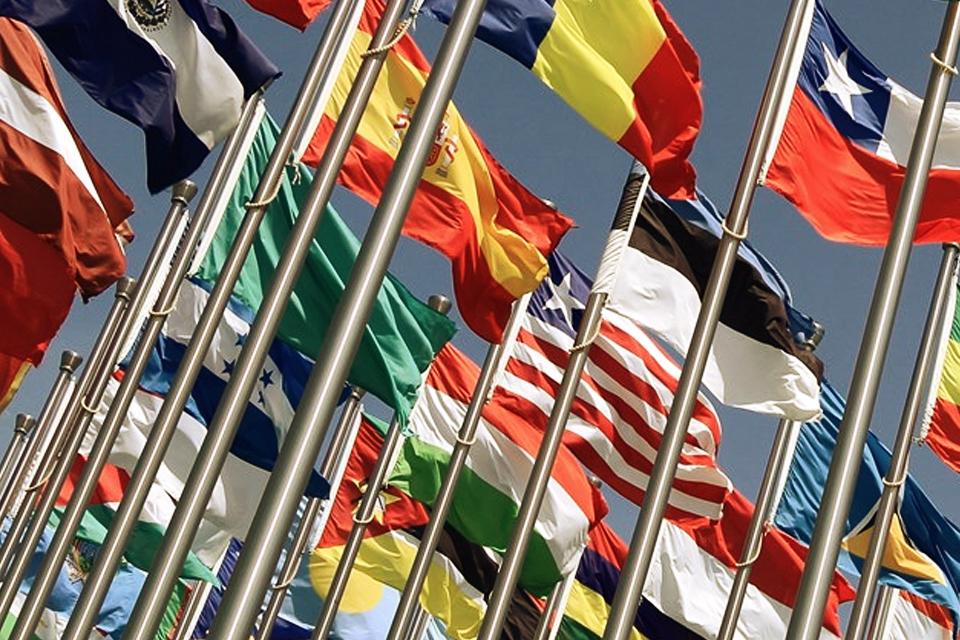 Drapeaux de nombreux pays différents flottant au vent